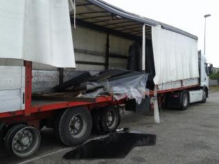 La Guardia Civil identifica e investiga a un camionero que se dio a la fuga tras colisionar en el Puente de Magaz y perder 10 toneladas de mármol sobre la A-62
