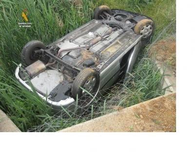 La Guardia Civil rescata a una persona que había sufrido un accidente de circulación y se encontraba semi-sumergida junto con su vehículo en el interior de un arroyo