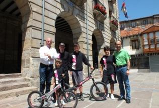 El alcalde de Reinosa se reunió con Raúl Gutiérrez y los niños que acudirán al Campeonato del Mundo de Bike Trial